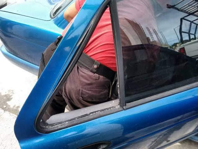 Mujer encierra a su hijo en la cajuela de un vehículo para ir a una pollería